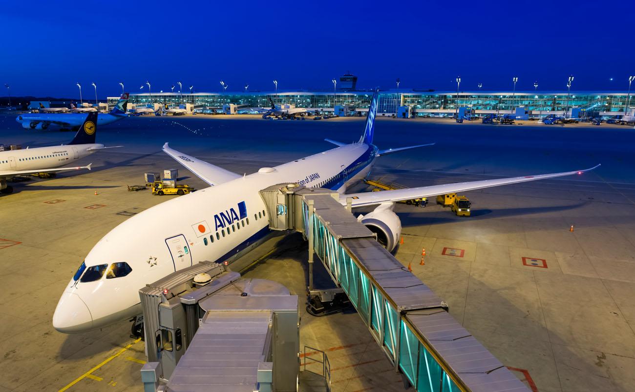 """Eine Boeing 787-9 """"Dreamliner"""" der Fluggesellschaft ANA (All Nippon Airways) steht am Terminal 2 des Flughafens Muenchen / ANA-Erstflug der Strecke Muenchen - Tokio Haneda mit einer Boeing 787-9  / Flughafen / Muenchen / 08.05.2015 Foto: Stephan Goerlich"""