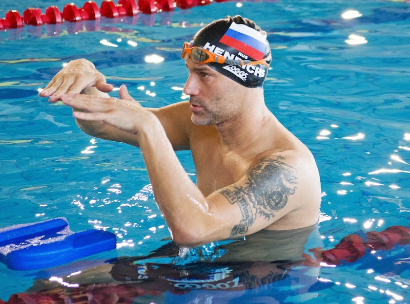 Marco Henrichs beim Coachen im Wasser