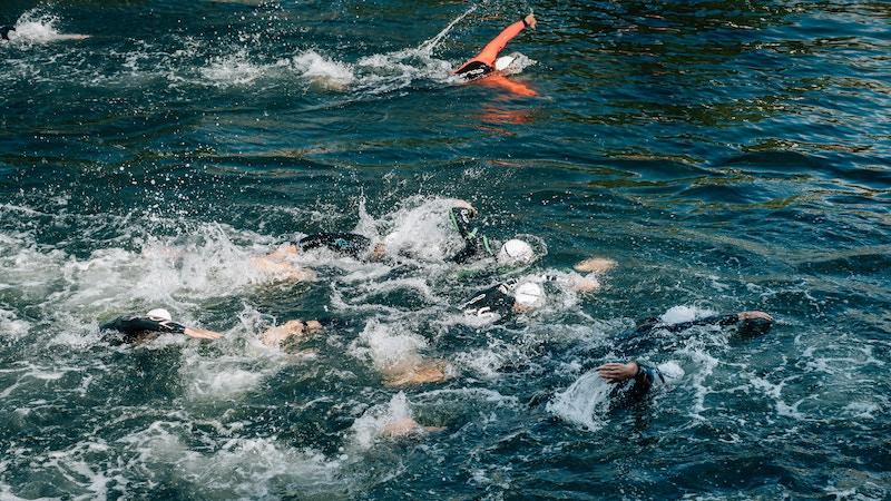 Triathleten beim Freiwasserschwimmen