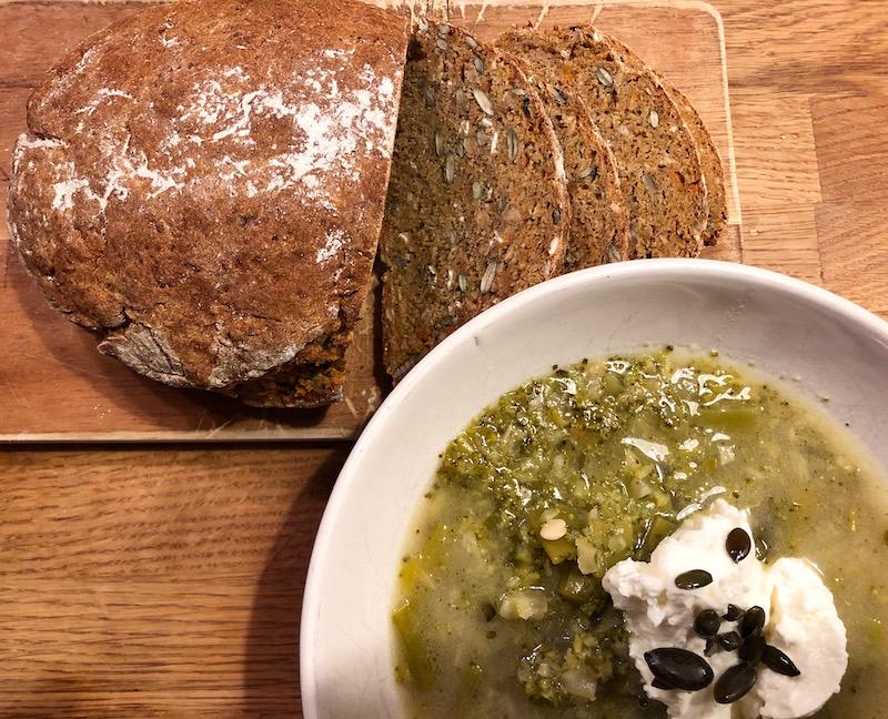 Grüne Suppe mit selbstgemachtem Brot