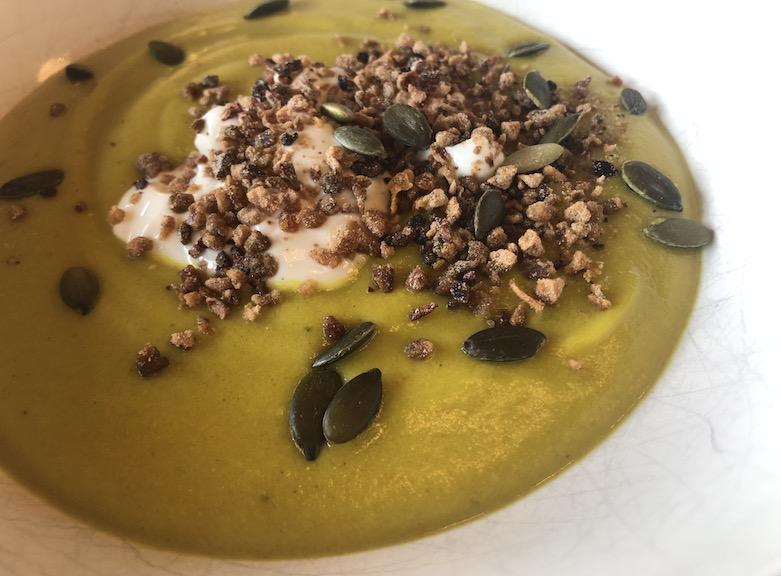 Grüne Supper mit Körnern und Joghurt